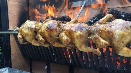 Pollos asados en restaurante bar cueva bardenero