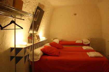 Dormitorio de la casa Cueva El Alimoche, en Bardenas reales de Navarra