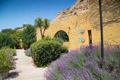 Zona de jardín de las Cuevas de Valtierra